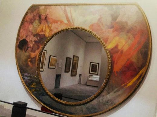 ウミロフ・ミラー。当美術館の象徴でもあるようで、巨大で圧倒的な存在感。