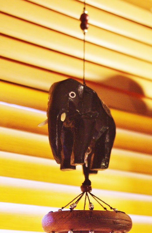 ハンドメイド 風鈴 ゾウさんエレファント ウインドチャイムの商品写真01 背面ブラインド  [タイ雑貨 アジアン雑貨 タイ旅行おみやげ]