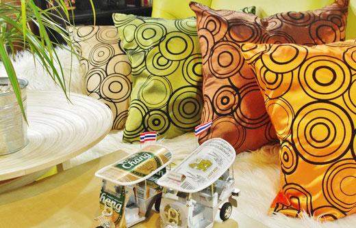 タイシルク(絹) クッションカバー 45×45cm リングデザイン4種類 インテリアサンプル 商品レイアウト写真03 [タイ雑貨 アジアン雑貨 インテリア タイ旅行おみやげ]
