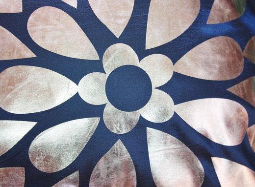 タイシルク クッションカバー  フラワー デザイン ネイビー 【Flower Design , Navy】 45×45cm 対応の商品画像02