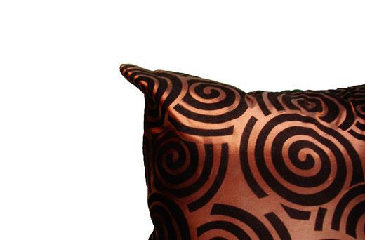 タイシルク クッションカバー  スクリュー デザイン ブラウン 【Screw Design , Brown】 45×45cm 対応の商品画像03