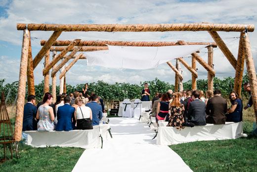 Freie Trauung und Hochzeit im Weingut Jean Buscher in Bechtheim. Foto: Michaela Terhorst Photography.