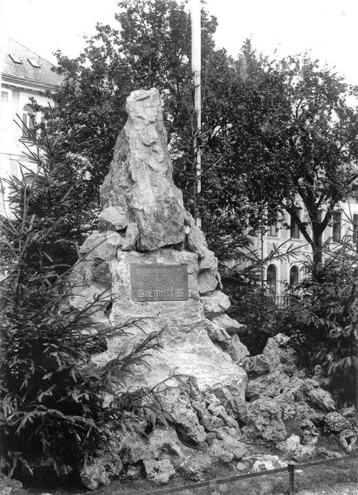 """Gedenkstein zur 1000-Jahr-Feier,  despektierlich """"Stiewer Köttel""""  genannt."""