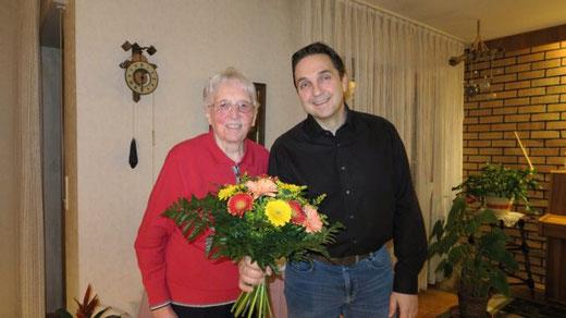 Hans-Dieter Ernst bedankt sich im Namen des Fördervereins zum Erhalt des Mörtelsteiner Gemeindehauses bei Lotte Rapp für die großzügige Spende. (Foto: privat)
