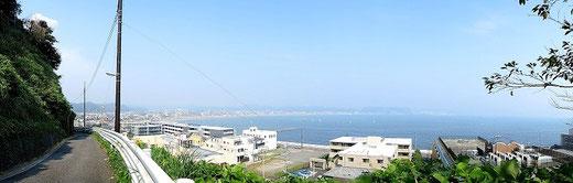 ▲構想博物館:鎌倉口からの眺望(左奥から鶴岡八幡宮、材木座海岸、逗子・葉山マリーナと続く)