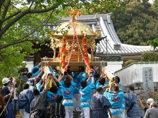 大阪府茨木市阿為神社例祭。大念寺山門にて