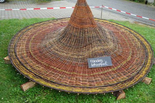 Pavillondach mit bunten Weiden geflochten