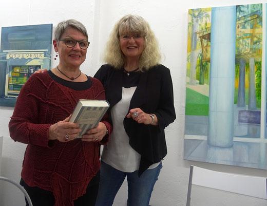 Die Literatinnen Sonja Viola Senghaus und Marion Tauschwitz nach einer Lesung in der GEDOK-Galerie