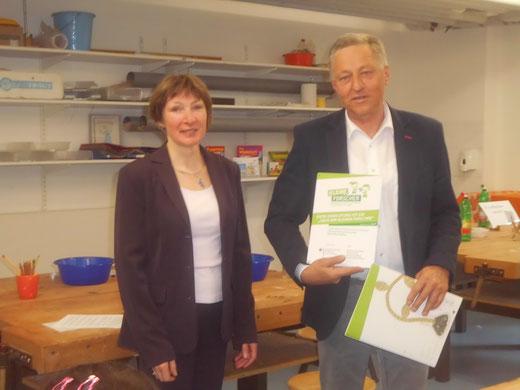 """Frau Rudolph überreicht Schulleiter Werner das Zertifikat """"Haus der kleinen Forscher"""""""