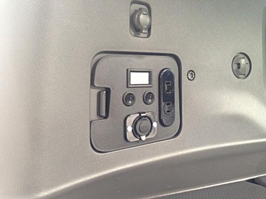 ミニバンで車中泊するなら、サブバッテリーキットはとっても便利です。