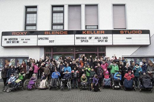 """Die Wartbergschule vor dem Friedberg Kino - nach dem Film """"Alles steht Kopf""""."""