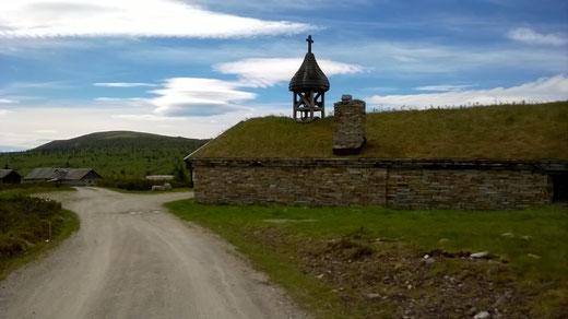 Kapelle mit Grassdach auf dem Hochplateau