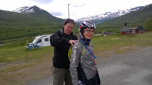 Am Morgen war die Welt noch in Ordnung: Doris erhält eine Schultermassage zum Start der Etappe.