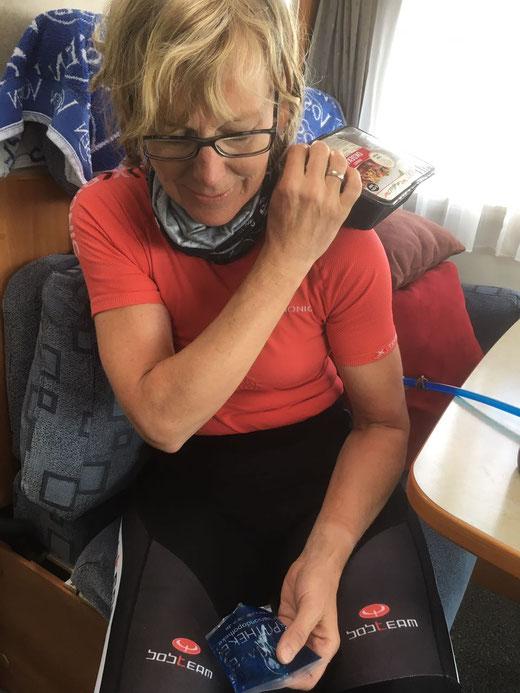 Nach dem Sturz: Doris' geprellte Schulter muss gekühlt werden; wie gut, dass noch ein Vorrat tiefgefrorenes Okseköt (Hackfleisch) vorhanden war...