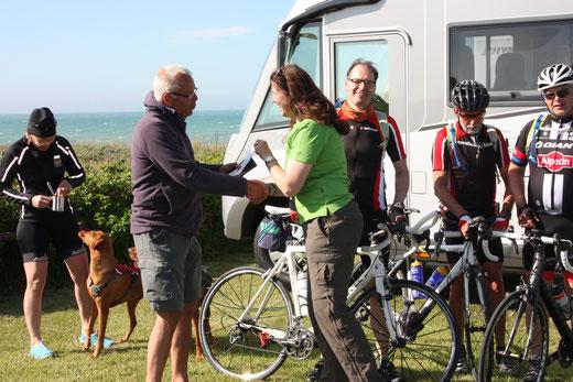 Maren überreicht den Nordkap-Infoflyer: bei der Ankunf in Hirtshals (DK) wurden wir von einem interessierten Campingbesucher herzlich empfangen