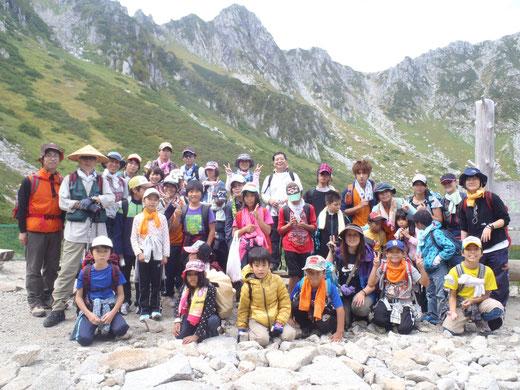 2013年9月駒ヶ岳登山で駒ヶ岳を背景に千畳敷出発前で全員写真