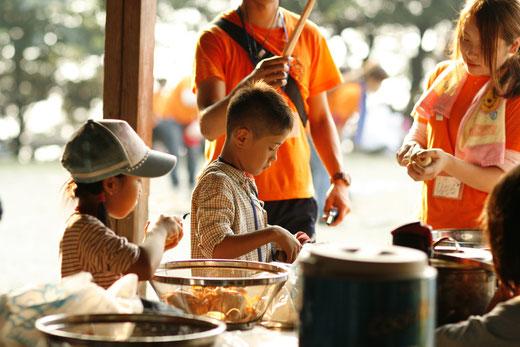 2013年8月若狭湾青少年の家サマーキャンプでカレー作りに挑戦中の子ども