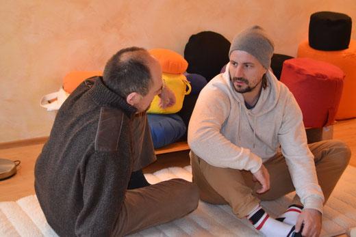 Jürgen und Mark vertieft im Gespräch über ressourcenschonendes Arbeiten