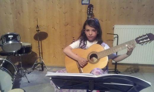 Früh übt sich. Gitarre spielen ist schließlich auch nicht ganz einfach
