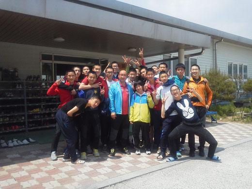 龍湖高校テコンドー部男子選手とテコンドー部監督 チャン・ジョンウォン監督
