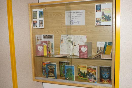 """Buchausstellung zum Thema """"Geheimnisse in der Jugendliteratur"""""""