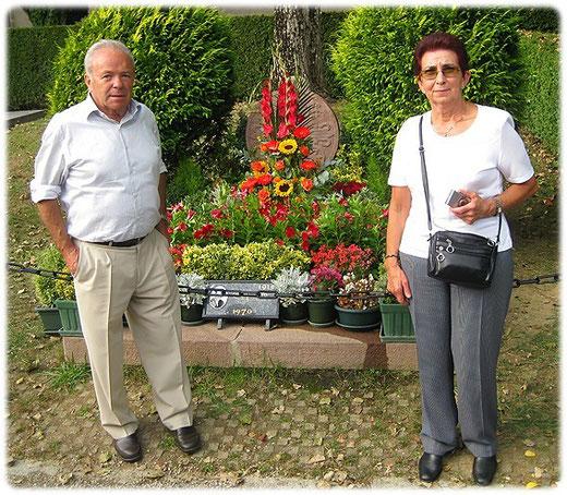 Silvi et José Crespo Larraza sur la tombe de Luis Mariano