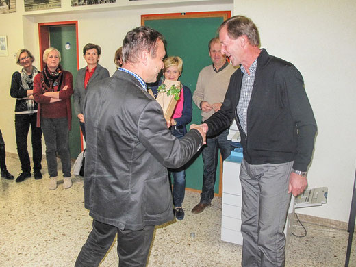 NMS-Direktor Christian Lind gratuliert mit seinen KollegenInnen