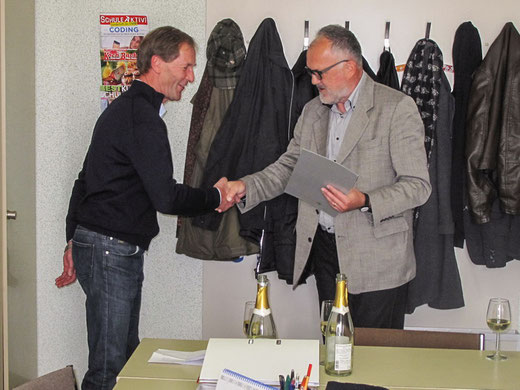 Pflichtschulinspektor Heinz Zechner mit Dank und Anerkennung von der Landesschulratspräsidenten Elisabeth Meixner