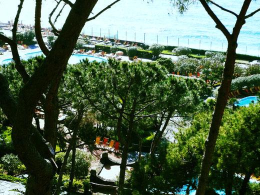 Der Blick vom höheren Stadtpunkt offenbart: Die Poseidon-Gärten sind ein Park mit sprudelnden Entspannungsbecken
