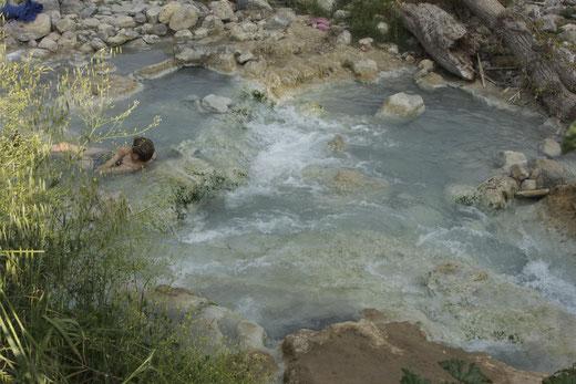 Die Thermalbecken sind 100% naturbelassen. Das Wasser kommt aus einer heißen Quelle.