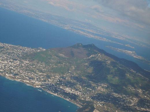 Ischia aus der Luft mit dem Berg Epomeo in der Mitte