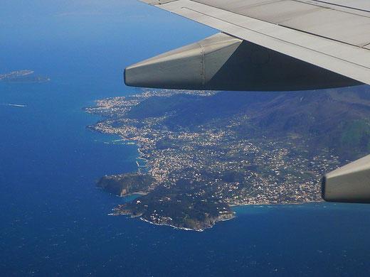 Bei der Anreise mit dem Flieger hat man nur selten das Glück, dass die Piloten den Schlenker über Ischia machen