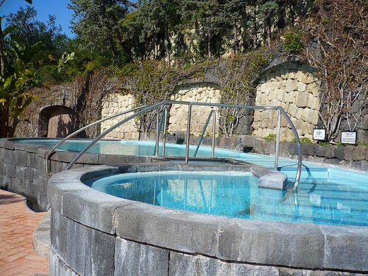 Zwei Kneipp-Becken zur Abhärtung: Eines hat 40 Grad, das andere 15