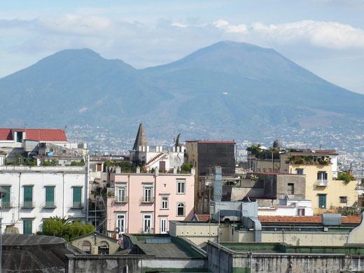 Blick von einer Dachterrasse der Innenstadt auf den Vesuv