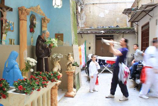 Prozessionsbesuch bei Padre Pio, dem Popstar unter den Heiligen in Süditalien
