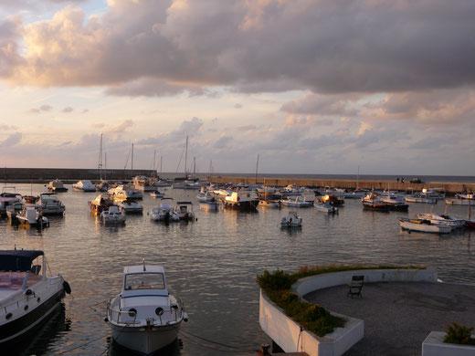 Hafen und Mole von Forio in der Abenddämmerung