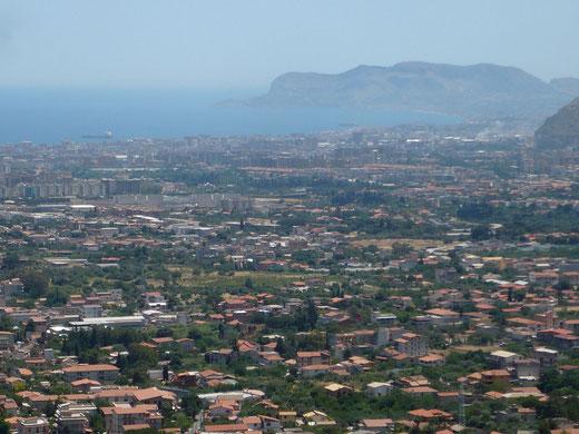 Palermo von oben, genauer: vom Dorf Monreale aus gesehen, das übrigens auch nett anzusehen ist. Aber das wäre ein anderes Kapitel.