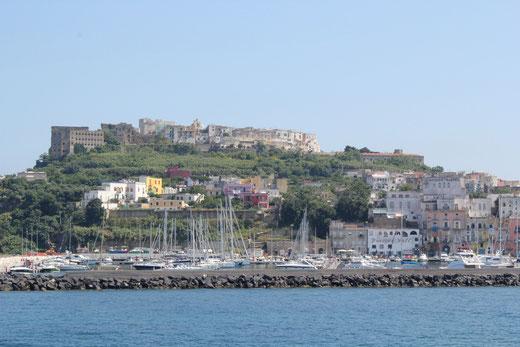Unten der Hafen von Procida, oben die Festung und das ehemalige Kloster Terra Murata