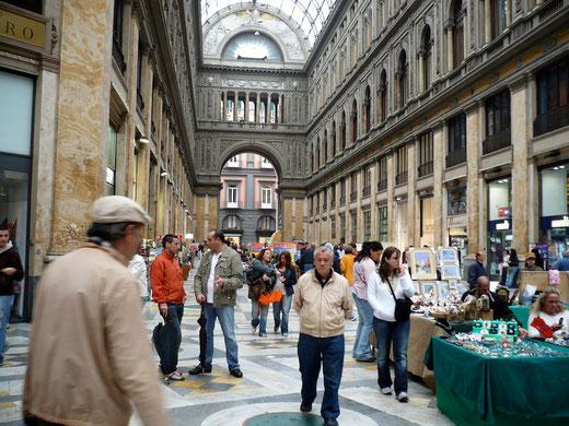 Die Einkaufspassage Galleria Umberto, fast so schön wie ihr Vorbild in Mailand