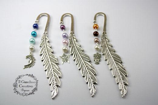 """Segnalibri """"Piuma"""" realizzati con base in metallo color argento, decorati con perle in vetro cerato e ciondoli in argento tibetano. Disponibile con: Luna, Farafalla, Gufo"""
