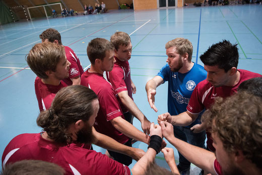 Die Herren der HG Bödeli erkämpften sich im spannenden Spiel gegen ihren stärksten Gegner ein Unentschieden. (Copyright: Häsler Foto Video)