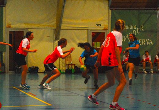 Ana Oliveira (Mitte) spielte mit ihren Gegnerinnen Katz und Maus und führte die HGB auf die Siegesstrasse. Foto: HG Bödeli