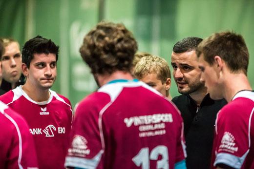 Das Trainerduo Dimas Guerra (l.) und Refik Sabani (2 v.r.) haben mit dem jungen Team viel vor in der Rückrunde. Foto: Ueli von Allmen, HG Bödeli