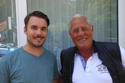 Simon Margot (rechts) übergibt nach acht Jahren die Vereinsleitung der Handballgruppe Bödeli an Florian Simmler.