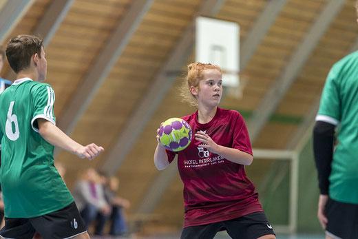Das U15-Team der HG Bödeli, hier Lorena Wegmann, konnte sich in der zweiten Halbzeit steigern. Archivbild: Ueli von Allmen
