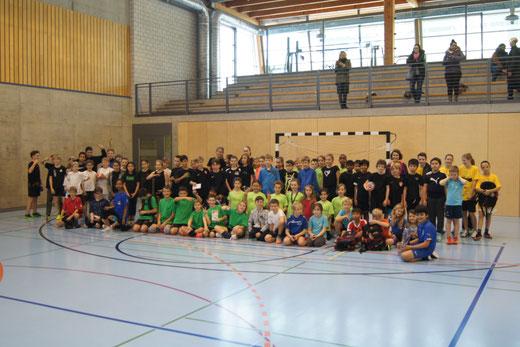 Am Schülerturnier der HG Bödeli zeigten 13 Teams – total 90 Kinder – vollen Einsatz. Bild: HG Bödeli