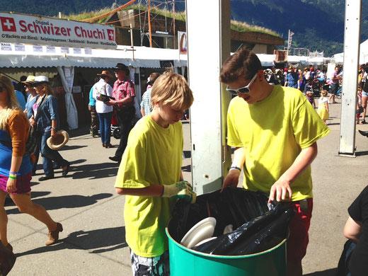 Die beiden HGB-U19-Junioren Jonas Kappeler (links) und Sandro Schmocker leeren eine Mülltonne. Foto: Nathalie Kropf