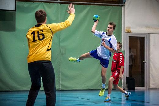 Mauro Ruef, hier im Spiel gegen Länggasse, führte die HGB-U17 zum ersten Sieg in der Meisterrunde. Archivfoto: Ueli von Allmen