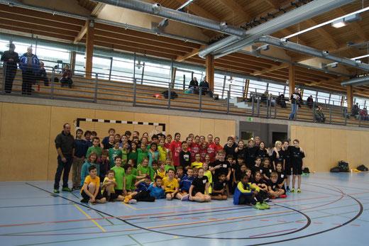 74 Schüler und ihre Betreuer kamen ans vierte Schülerturnier, organisiert von der Handballgruppe Bödeli. Foto: HG Bödeli