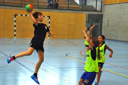 """Die späteren Sieger """"Future02"""" auf Torjagd gegen das Team """"Blackfire"""" (gelbes Dress). Foto: Nathalie Kropf, HG Bödeli"""